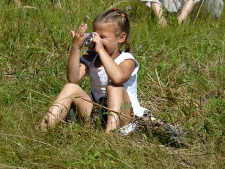 Юный фотокорреспондент из пресс-центра ПРП Родное. Обратите внимание у нее нет бленды и она сообразила закрыть ручкой попадание прямых солнечных лучей в объектив. Умная!