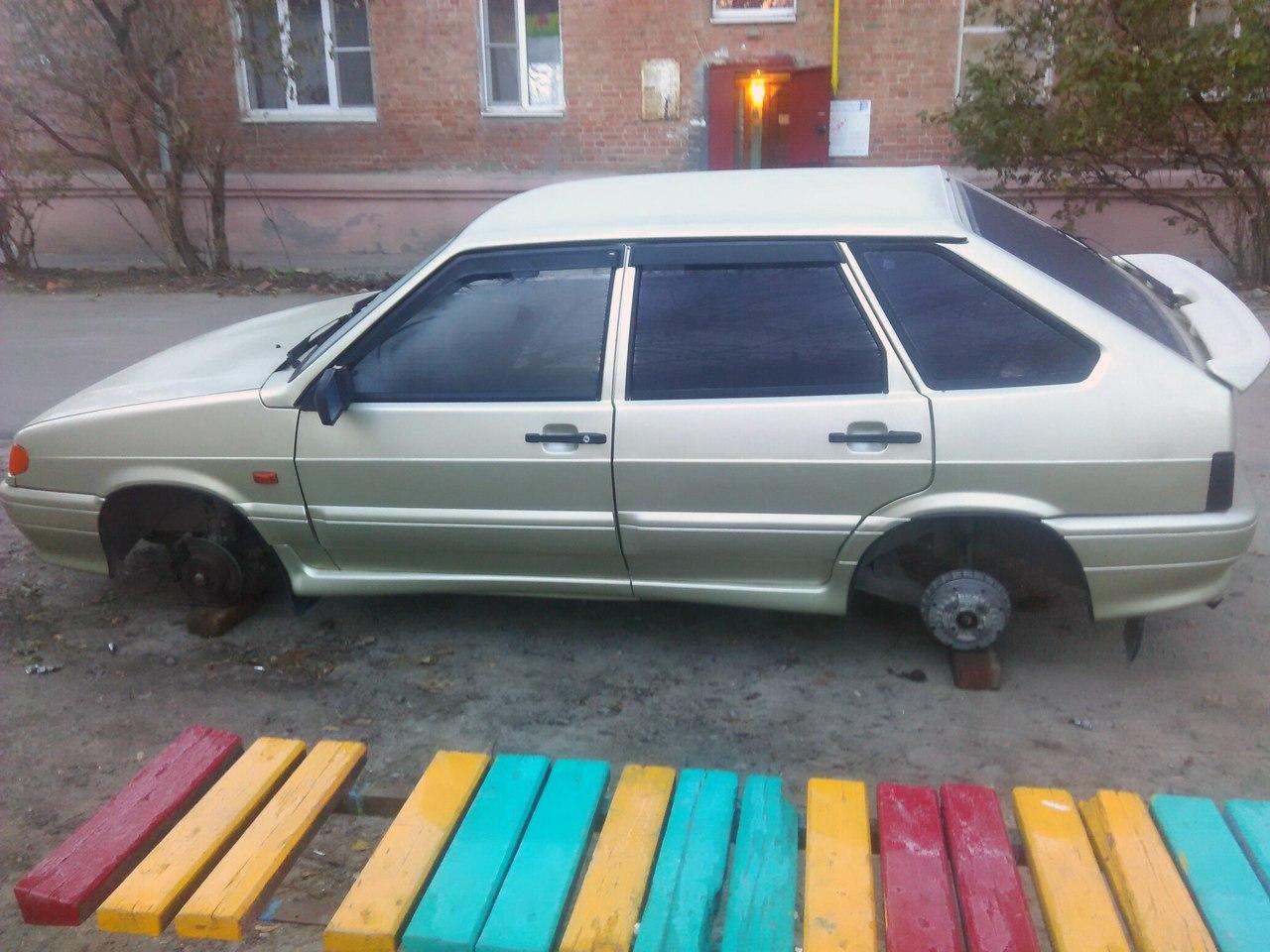 В Таганроге в одном из дворов в районе порта «разули» «ВАЗ-2114»