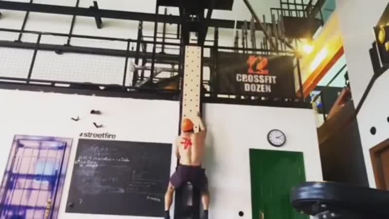Пегборд отличный девайс для тренировки верха тела и хвата ⠀ ⠀ Берегите голову Паления с высоты опасны ⠀ ⠀ Даже наш друг @