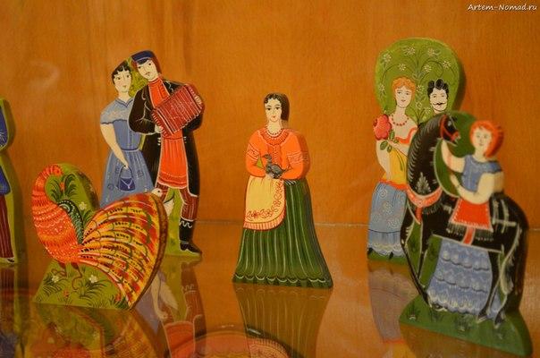 В музее народных промыслов. Городецкая игрушка.