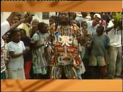 WES MADIKO chante au marché de Djombe CAMEROUN. Une Réalisation de Martin KEE.
