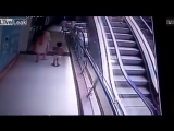 В Индии ребенок упал с 3 этажа и разбился из-за того, что его родители решили сделать селфи на эскалаторе