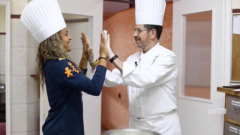 Seleção Brasileira Feminina: Mônica faz café da manhã de aniversário com o chefe Jaime Maciel