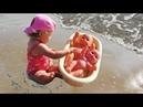 ✿ Купаем Пупсиков и Микки Мауса в ванночке на берегу моря/ Baby Doll and Mickey Mouse bathe time 2