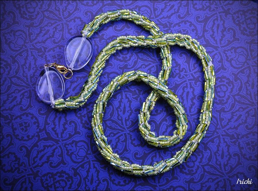 Жгут со стеклярусом выглядит довольно эффектно.  Принцип плетения такого издели отличается от обычного жгута тем, что...