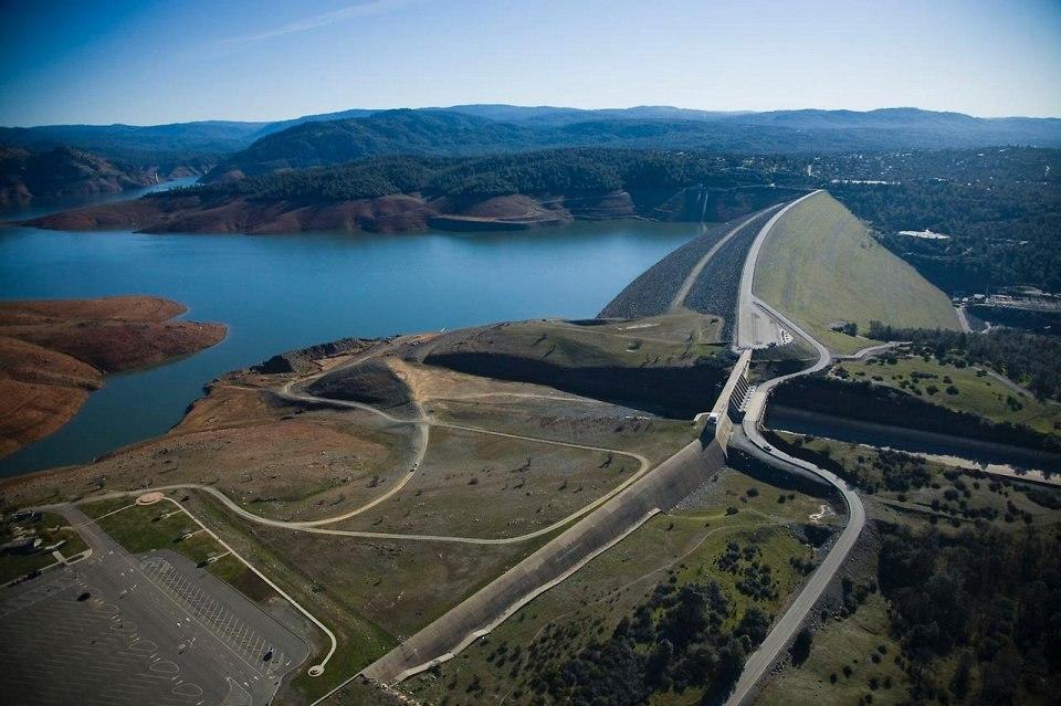 В Калифорнии эвакуируют людей из-за риска разрушения самой высокой плотины США