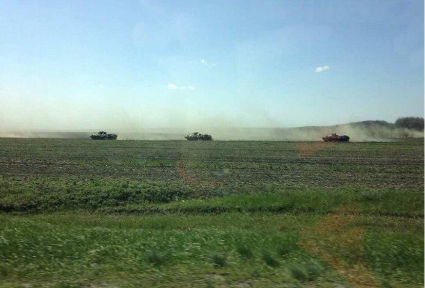 через Таганрог к границе Украины стягивается тяжелая военная техника