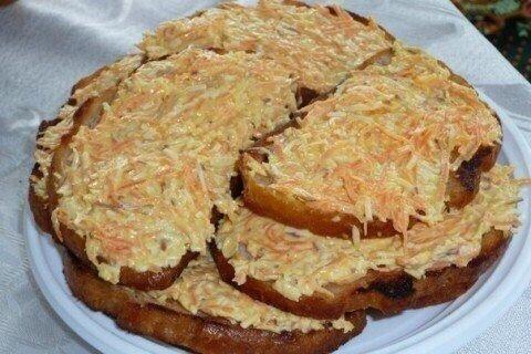 всем любителям бутербродов подоборка, которая сделает вас счастливым и сытым в любое время!_______ чесночный бутерброд с сыром в духовке в холодильнике ищем:- 1 багет- 4 ст. л. масла, (достань