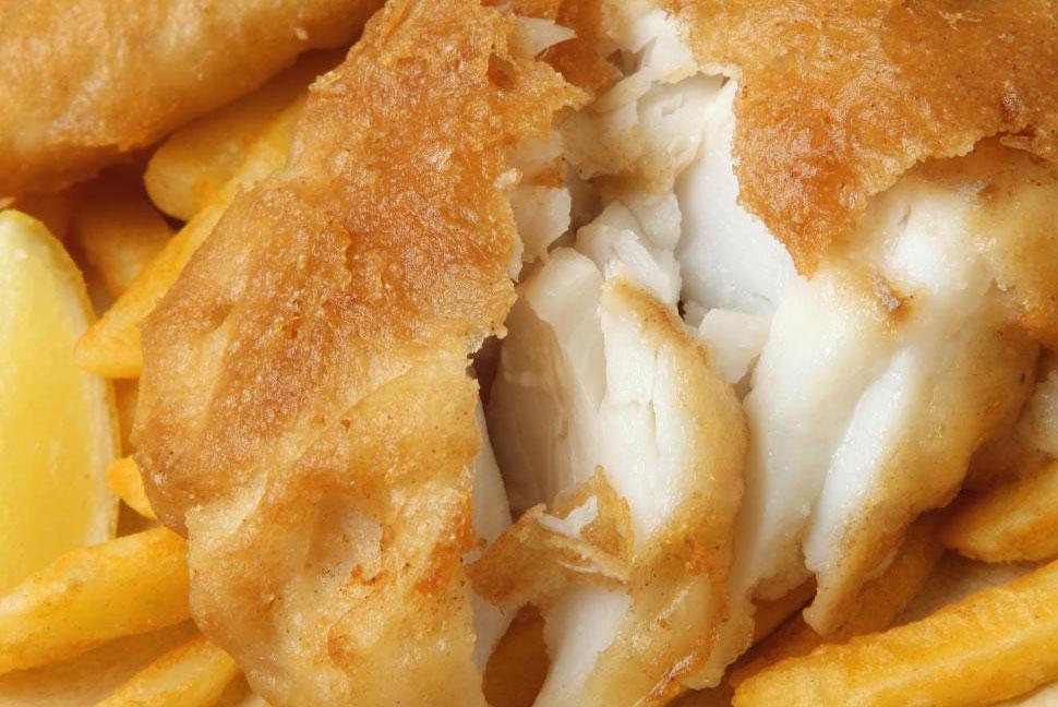 Рыба и чипсы в Великобритании обычно предлагаются только на вынос.