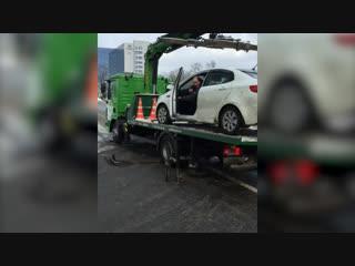 Не щадя бампера: водитель «спрыгнул» на машине с платформы эвакуатора