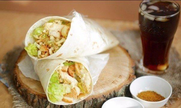 Цезарь ролл Ингредиенты: Куриное филе Листья салата Бекон (опционально) Твердый тертый сыр Сухарики Соус