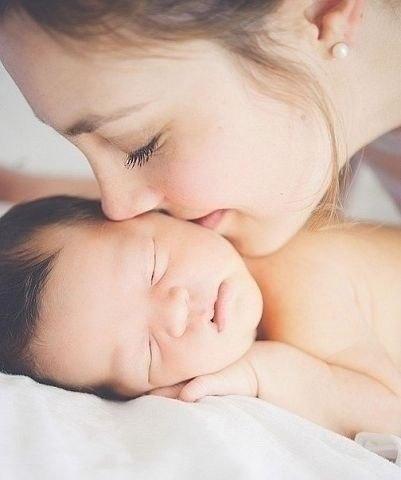 Будто медом мазаны Кругленькие щечки И так вкусно целовать их У любимой дочки!