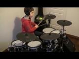 Пацан играет Нирвану на барабанной установке. Супер.