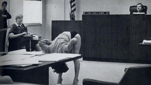 20 редких снимков, которые перевернули наше представление об истории: ↪ Стриптизерша доказывает судье, что она не нарушала общественный порядок, и ее белье достаточно закрытое, чтобы прикрывать все, что нужно