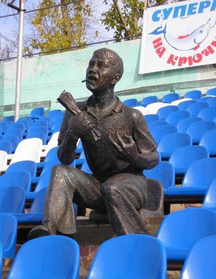 Памятник футбольному болельщику (стадион «Труд», 2006 год)