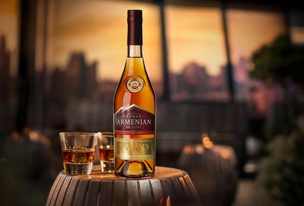 Разница между виски и бренди В наши дни возникла своеобразная мода ставить на стол бутылки с «заморскими» напитками. К таковым можно отнести виски и бренди. Их легко найти на полках любого