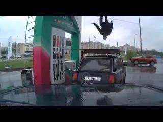 Прикол Заправил автомобиль и тенец на крыше Crazy Dance