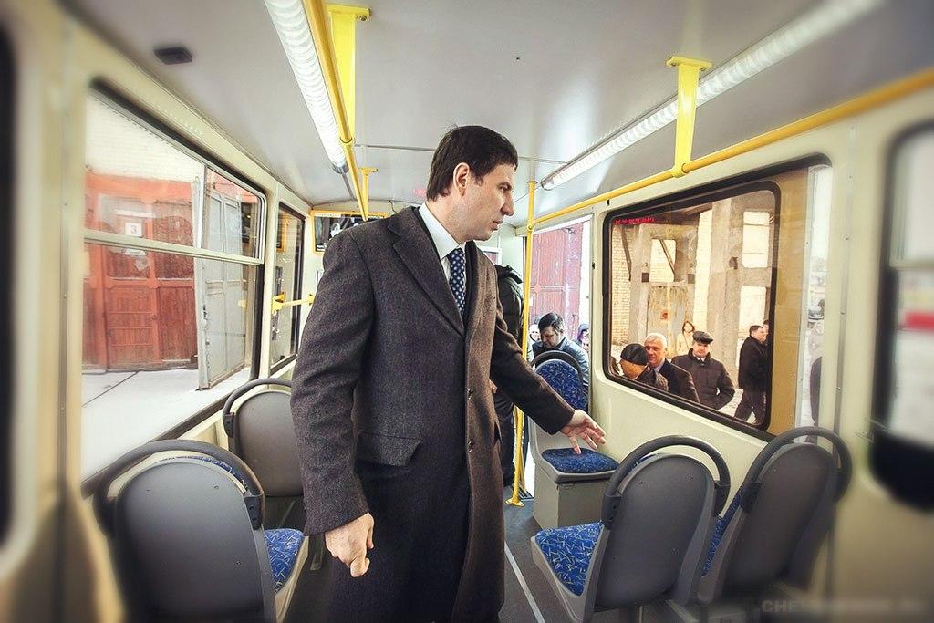 Губернатор смотрит на новый рекламный монитор