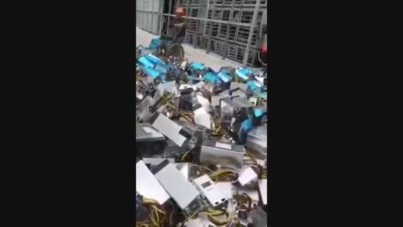 Из-за падения курса биткойна (за год в 5 раз) в Китае разорились сотни майнинговых ферм. Оборудование сдают в металлолом