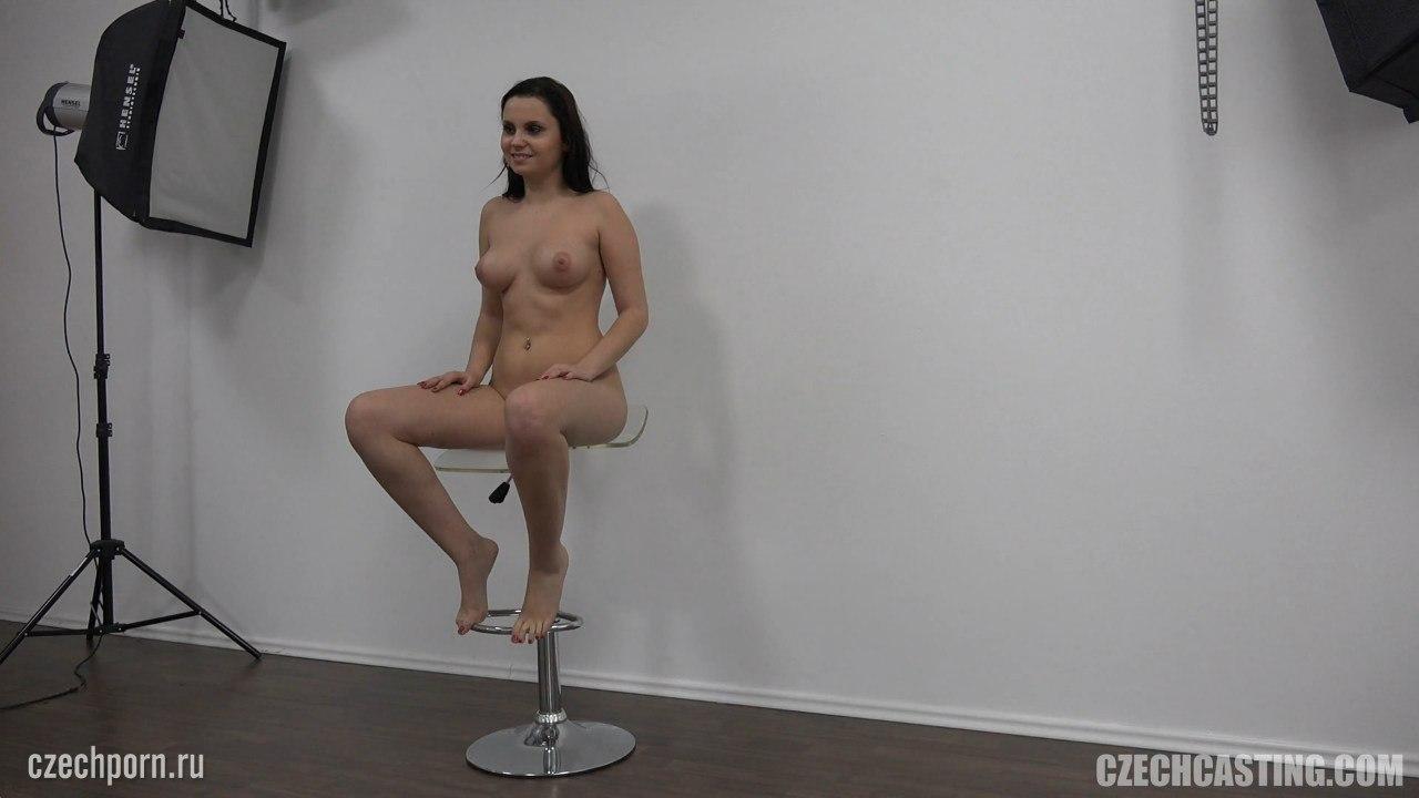 Голая сидит на стуле раздвинув ножки
