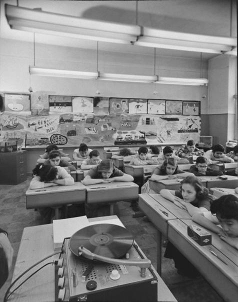 Студенты слушают музыку на уроке искусства.