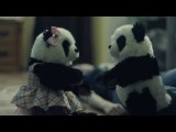 Senses Fail - Mi Amor                                          Весёлый клип про то как один парень ради девушки превратился в игрушечную панду.Стиль - Post-Hardcore Альбом - Mi Amor (2013) Страна - USA