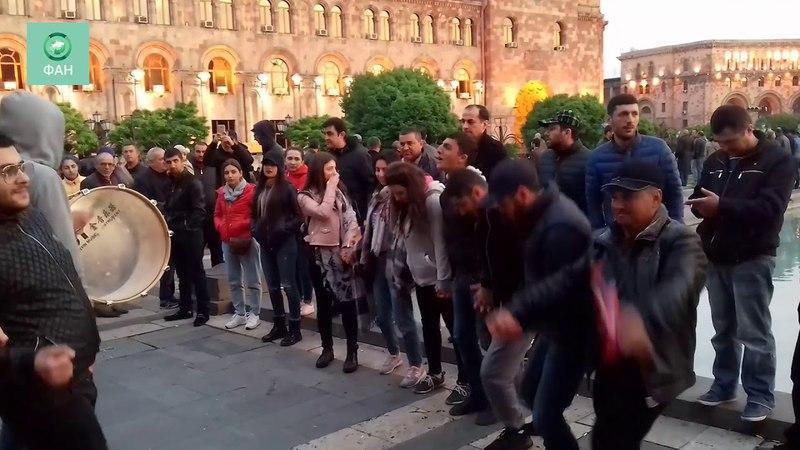 Народные гулянья в центре Еревана после отставки премьер-министра