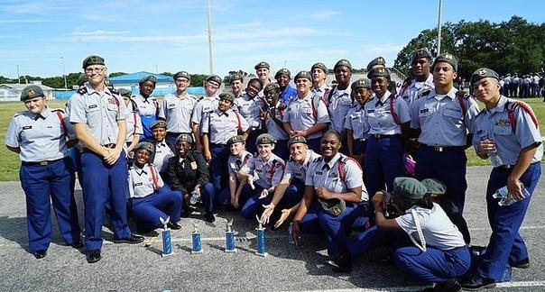 16-летняя девушка без рук стала кадетом, показав себя в стрельбе из лука и скалолазании 16-летняя Донавиа Уокер из Флориды родилась без рук, и научилась делать все повседневные вещи ногами.