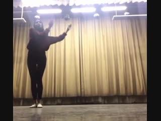 Наташа Строева во время репетиции танца