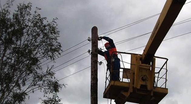 В Таганроге шквалистый ветер оборвал провода в центре города