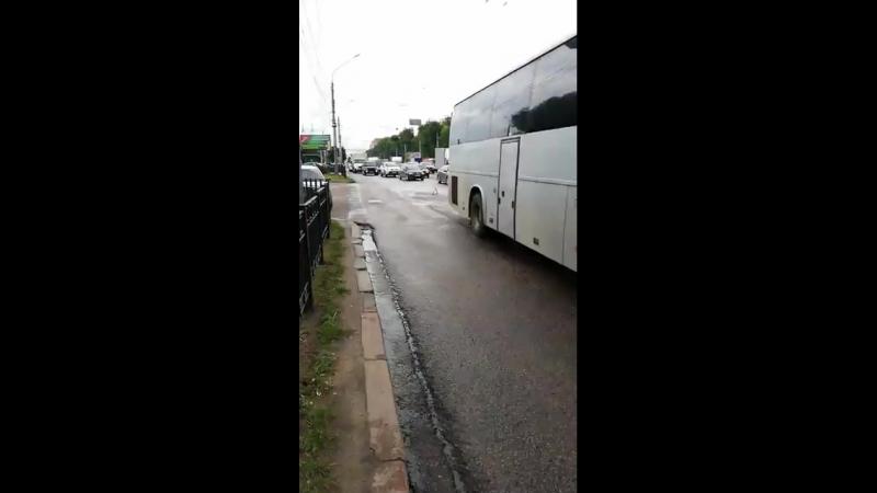 Авария на московском, большая пробка. К ДТП подключился опытный регулировщик😁.