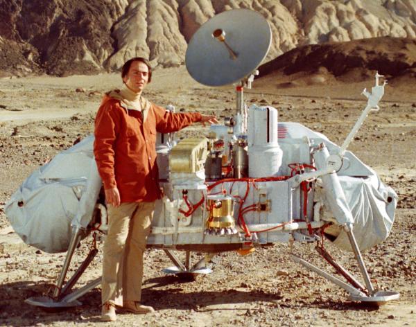 Карл Саган и макет АМС станции «Викинг»
