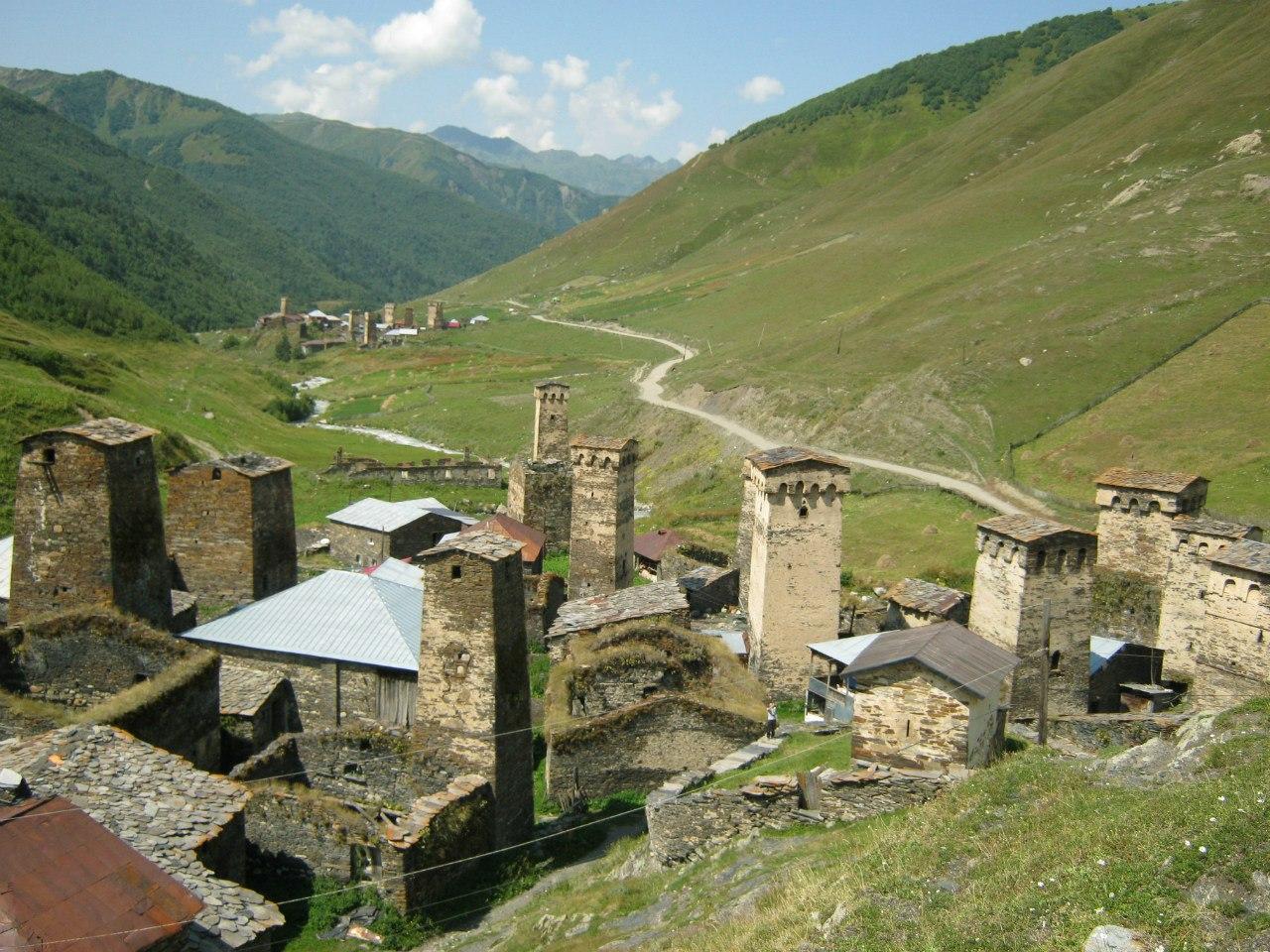 Нижняя часть общины Ушгули, самого верхнего селения в Сванетии и Грузии вообще - на высоте 2100 метров... Башни в общине Ушгули - самые известные в Грузии. В общине Ушгули (состоящем из 4 крохотных сёл) башен около 30 штук.