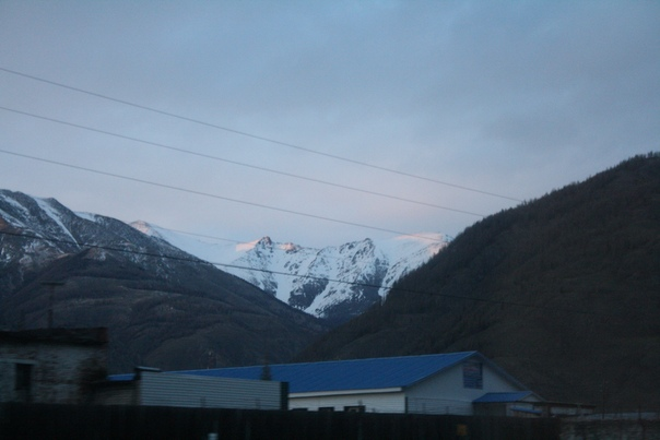 Впереди горный хребет, настолько высокий, что с него редко сходит ледник.