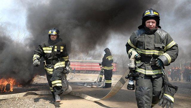 Более 80 человек и 28 единиц техники участвовали в тушении загоревшихся складов в Черкесске