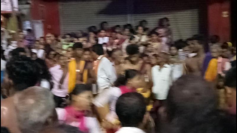 Девушки танцуют перед Ганешем слон возглавил БОГ