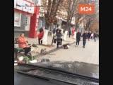 Алексей Панин едет по пешеходной улице