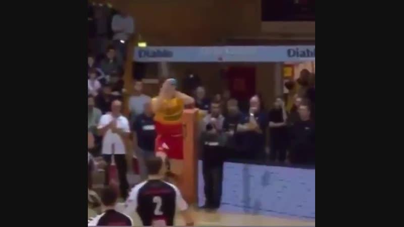 Иногда повыше баскетболистов прыгают