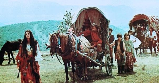 Цыганский дом Цыгане всегда для меня были окружены ореолом таинственности. Они появлялись, словно из ниоткуда, на своих грубых, варварских подводах с впряженными конями, собирали никому не