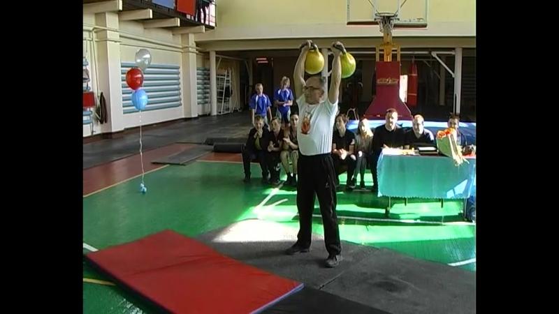 Гири, как мячики, подбрасывает 70-тилетний юбиляр Валерий Гамбург. В чём секрет его отличной физической формы
