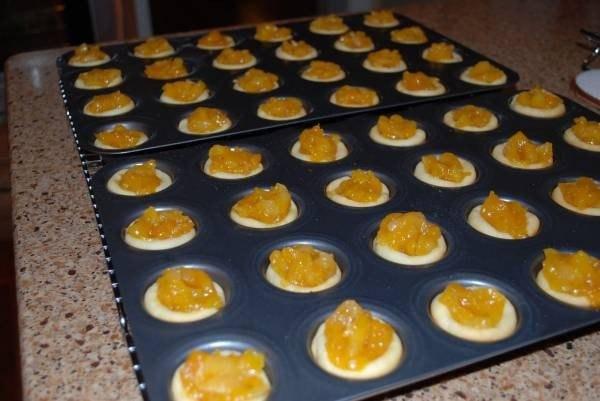 волованы пирожки с курагой что нужно: курага 1 чаш.сахар-песок 0,25 чаш.масло сливочное 1 ст. л.мускатный орех тертый 1 щепоткакорица молотая 0,25 ч. л.апельсиновый сок 1 ст. л.ананасовый сок