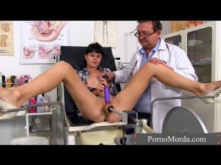 В кабинете гинеколога деваху трахнули секс машиной (порно, porn, у гинеколога, порно вк, секс, ххх, 18+, врач трахает)
