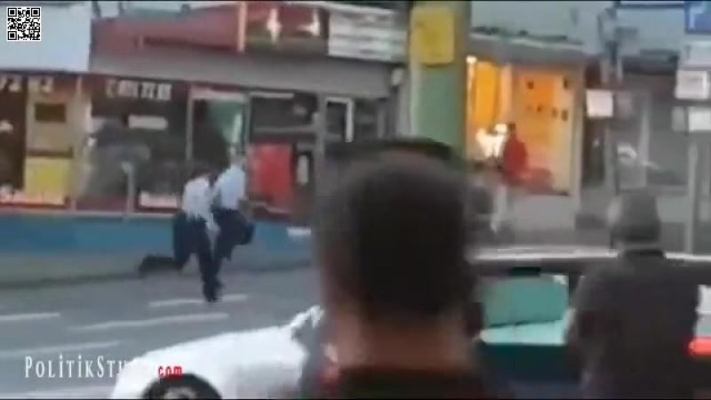 Zwei Polizisten sind mit der Verhaftung eines Afrikaners völlig überfordert