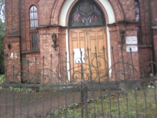 Луга, готическая архитектура, закопанное здание.