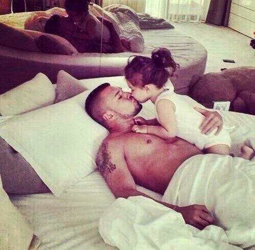 папа с дочкой занимаются любовью