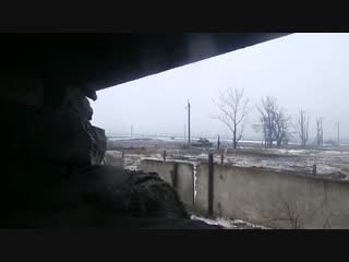 Донецк, пос. Спартак. 22 января, 2015. Боец ВСУ смотрит как проходит первая колонна ополчения.