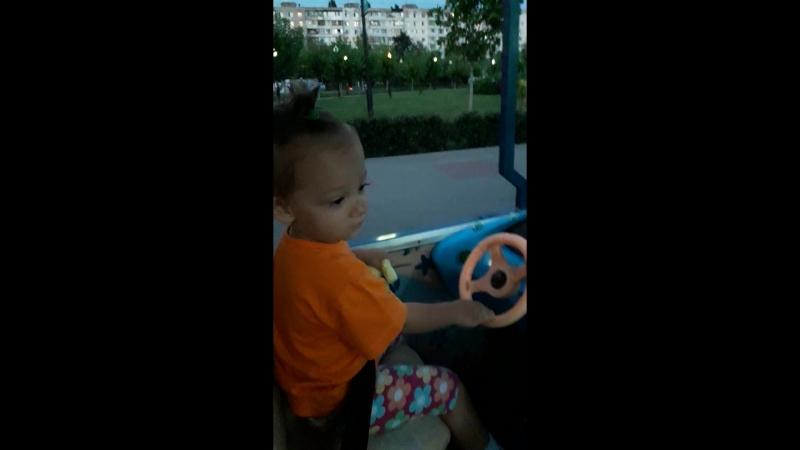 катается на паравозике в парке Арены