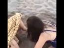 Девушка родила прямо на пляже 😱