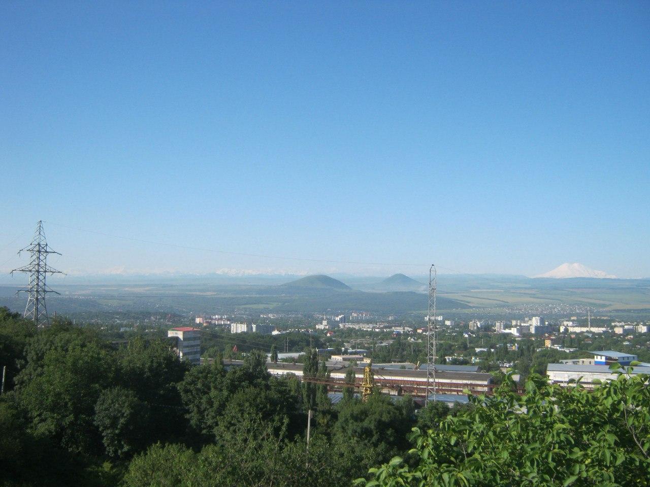 Вид на лакколиты и Эльбрус с горы Бештау