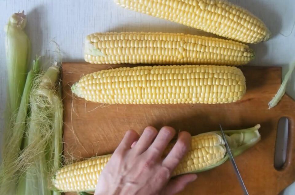 Как отварить кукурузу дома в початке